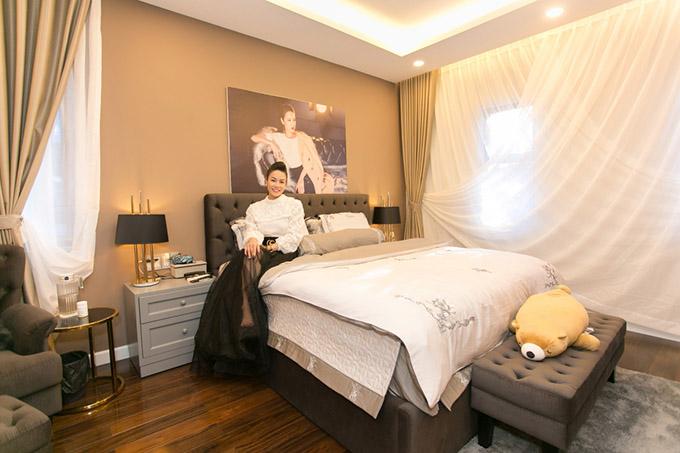 Phòng ngủ của cô rất tiện nghi, thoải mái.