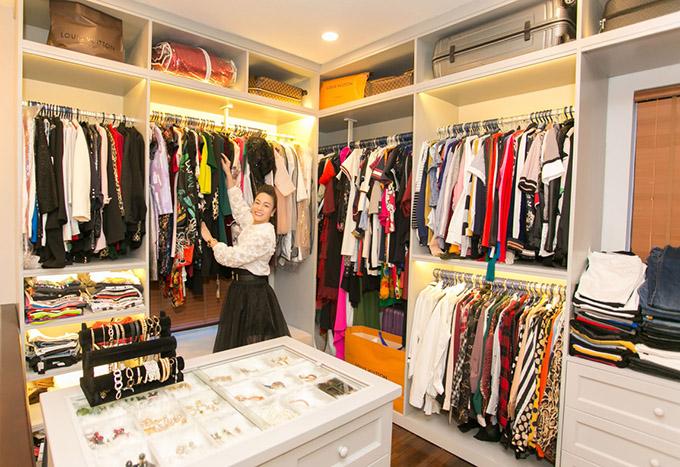 Khu vực Nhật Kim Anh thích lui tới nhất là phòng chứa quần áo, phụ kiện. Nữ diễn viên có hàng trăm bộ váy áo hàng hiệu và rất nhiều trang sức. Tất cả đều được sắp xếp gọn gàng để chủ nhân dễ dàng tìm ra món đồ mình cần.