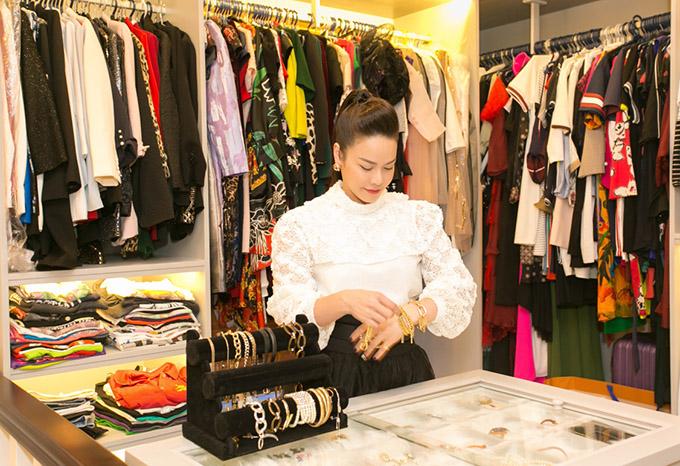 Nhật Kim Anh thường tranh thủ mua những phụ kiện kiểu dáng độc đáo trong các chuyến lưu diễn nước ngoài.