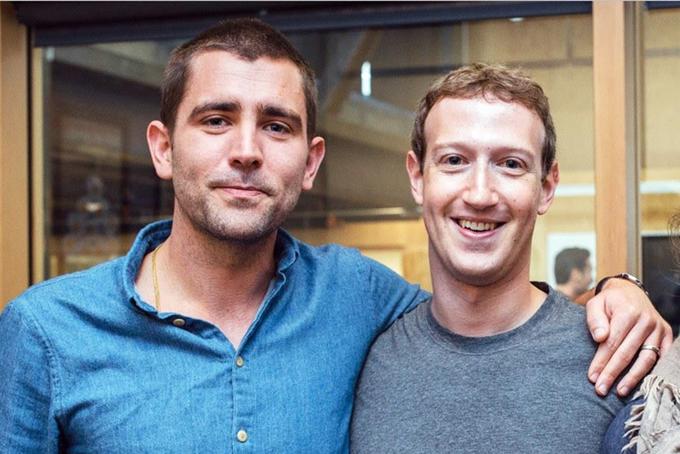Giám đốc sản phẩm Chris Cox (trái) dứt áo ra đi khi Facebook đang trong giai đoạn khủng hoảng nghiêm trọng. Ảnh: BI.