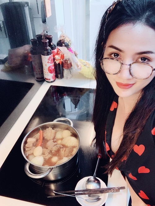 Phan Thị Mơ vào bếp.