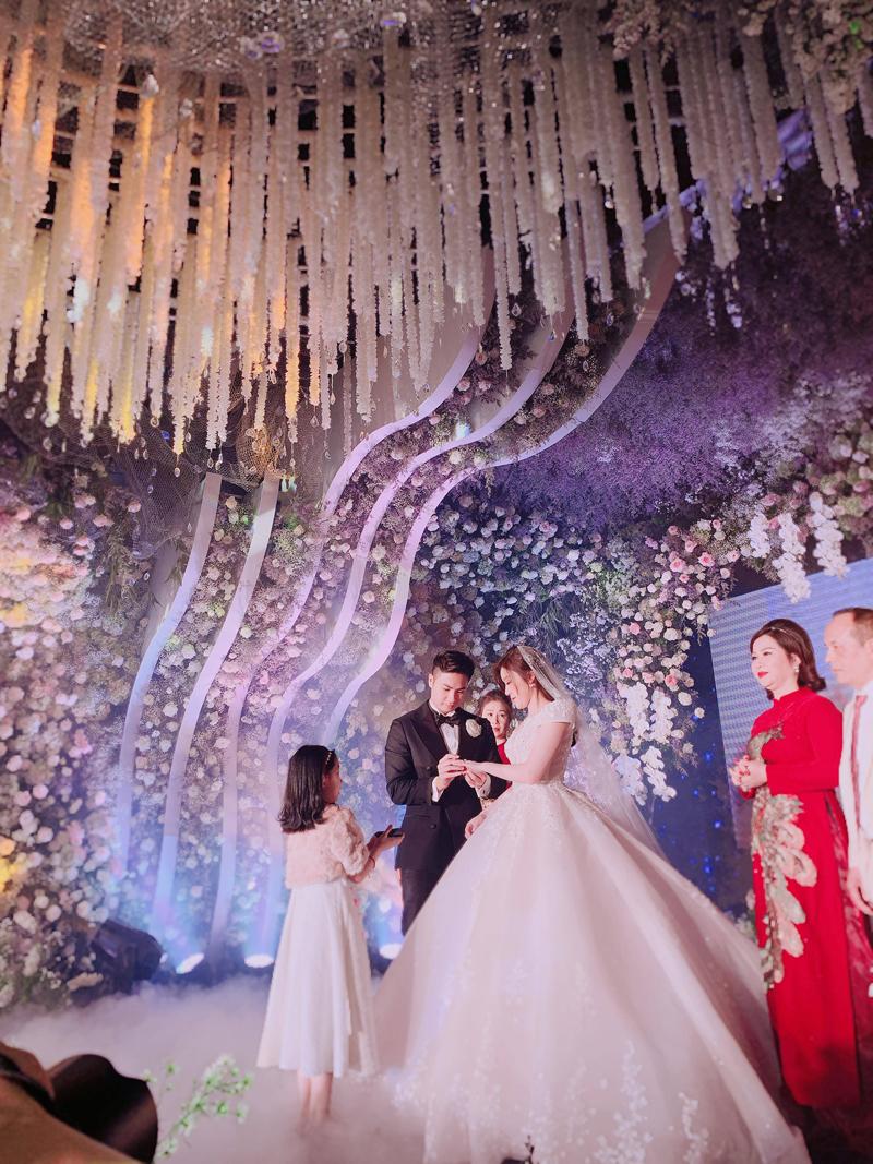 Tiệc cưới tựa cánh rừng hoa của rich kid Trinh Hoàng