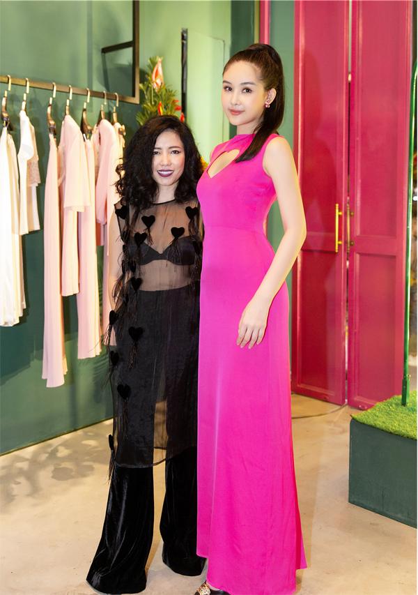 Hoa hậu Đại dương chúc mừng NTK Hà Linh Thư mở showroom tại Sài Gòn.