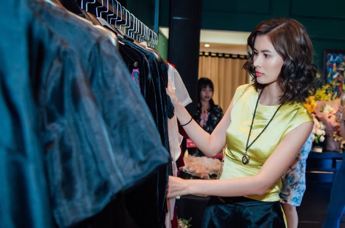 Chân dài Cao Thiên Trang lại tranh thủ shoping, lựa chọn các thiết kế phù hợp với phong cách thời trang của cô.