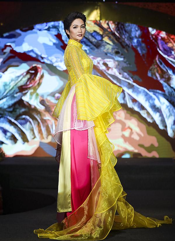 HHen Niê chia sẻ, cô thích diễn những bộ cánh kết hợp cả hai yếu tố truyền thống và hiện đại. Gần đây Hoa hậu Hoàn vũ Việt Nam rất đắt show diễn catwalk và đi sự kiện.