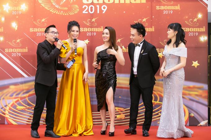 Trên thảm đỏ của chương trình, Hồ Quỳnh Hương phấn khích giao lưu cùng các đồng hương như Ngọc Anh, Tô Minh Thắng, Trang Nhung. Họ đều sinh ra, lớn lên ở Quảng Ninh và có chỗ đứng riêng trong làng nghệ thuật.