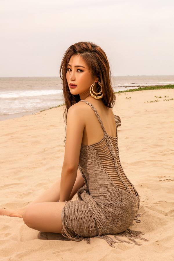 Trong bộ ảnh mới, cô khoe đường cong quyến rũ trên bãi biển khi đi nghỉ dưỡng ở một resort sang trọng.