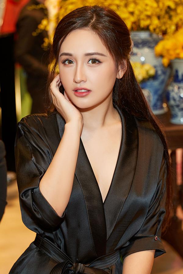 Chọn style make-up trong trẻo cùng kiểu tóc đơn giản nhưng Mai Phương Thúy vẫn nổi bật nhờ nhan sắc trẻ trung.