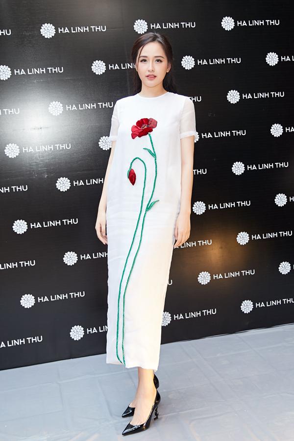 Cũng tại sự kiện, Hoa hậu còn thay bộ đầm suông trắng với họa tiết hoa được thêu tay tỉ mỉ dọc thân váy.