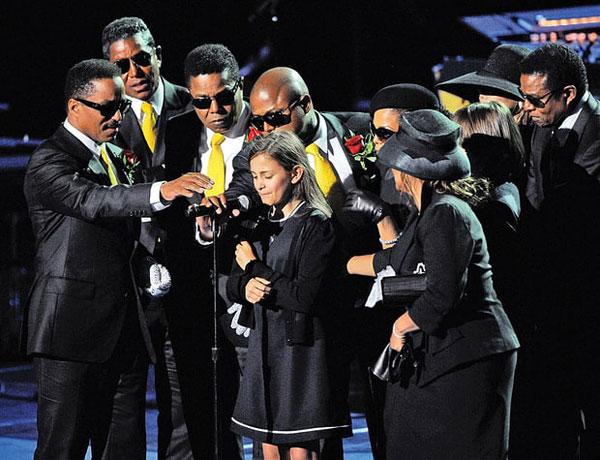 Tháng 7/2009, thế giới của Paris Jackson đảo lộn khi Michael đột tử vì dùng thuốc giảm đau quá liều. Khi ấy, Paris mới 11 tuổi, là cô bé rất rụt rè, nhạy cảm. Tháng 8 năm đó, con gái bé bỏng của Michael Jackson lần đầu bước ra trước công chúng trong lễ tưởng niệm bố (ảnh). Nước mắt tuôn rơi, Paris chỉ có thể thổn thức thốt lên vài lời rằng cô nhớ bố đến nhường nào.