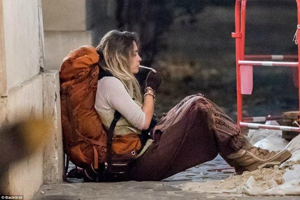 Cô con gái tuổi teen hoang dã của Michael Jackson được trông thấy đi du lịch bụi trên đường phố Paris (Pháp) vào tháng 12/2017. Paris ngồi ở một góc đường, phì phèo hút thuốc lá.