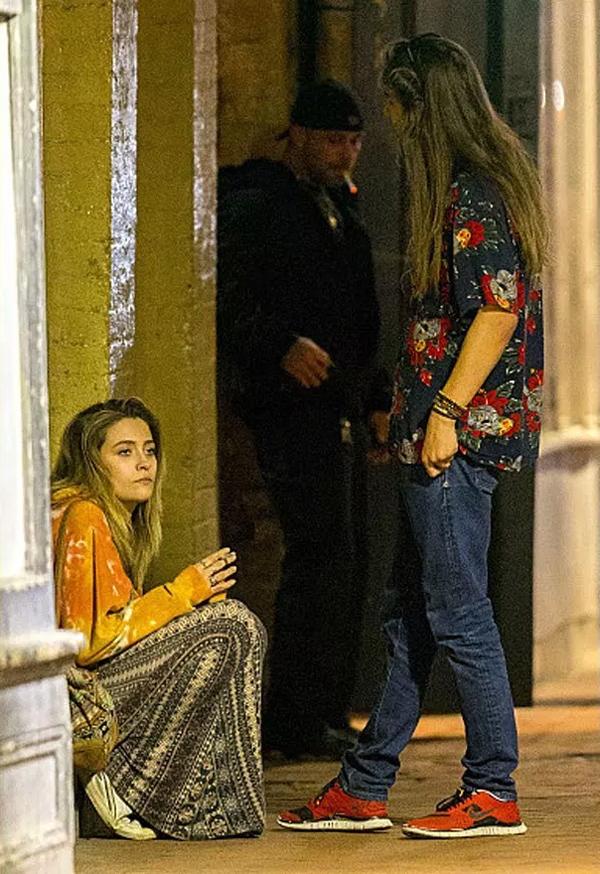 Vào tuần trước, Paris lại rơi vào khủng hoảng khi bộ phim Leaving Neverland - phim tài liệu cáo buộc Michael Jackson quấy rối tình dục trẻ em - được phát sóng trên kênh HBO và gây ra làn sóng tẩy chay dữ dội âm nhạc của Michael. Paris im lặng trước scandal ấu dâm của bố nhưng theo các nguồn tin, cô đã bị ảnh hưởng tâm lý nặng nề. Người mẫu 20 tuổi được trông thấy hút thuốc, uống bia và cãi nhau với bạn trai trên đường phố New Orlean.