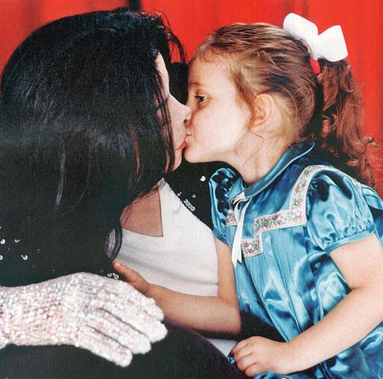 Paris Jackson sinh năm 1998, là con gái của Michael Jackson với vợ cũ - nữ y tá Debbie Rowe. Là con gái duy nhất nên Paris được bố cưng chiều hơn anh trai Prince và em trai Blanket. Sống trong tình yêu thương và sự bao bọc rất kỹ của bố, Paris giống như cô công chúa tại điền trang Neverland. Cô bé hiếm khi xuất hiện bên ngoài và mỗi lần đi chơi cùng bố, Paris lại đeo mạng che mặt như các tiểu thư danh giá ngày xưa.
