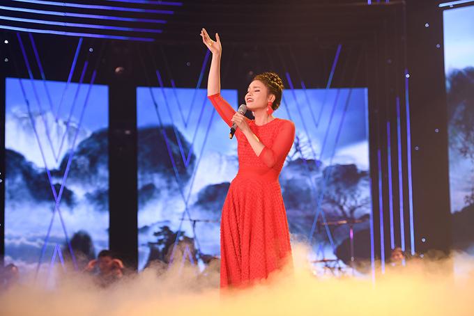 NSƯT Phạm Phương Thảo thể hiện ca khúc do chính cô sáng tác Mơ duyên. Cô từng là giọng ca được yêu thích nhất ại Sao Mai 2003.