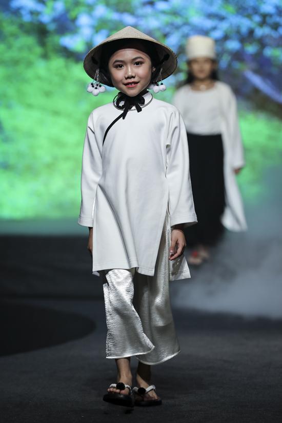 Lấy cảm hứng từ vẻ đẹp của trang phục khắp vùng miền, Sĩ Hoàng đã mang tới các mẫu thiết kế áo dài dành cho trẻ em.