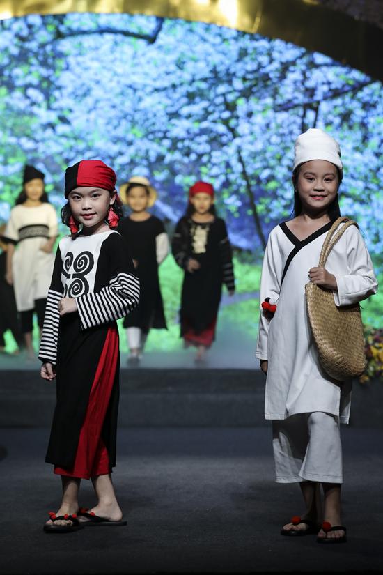 Chất liệu thoáng mát, phom dáng mang tới sự thoải mái cũng được nhà thiết kế đề cao khi thực hiện trang phục áo dài cách điệu cho trẻ em.