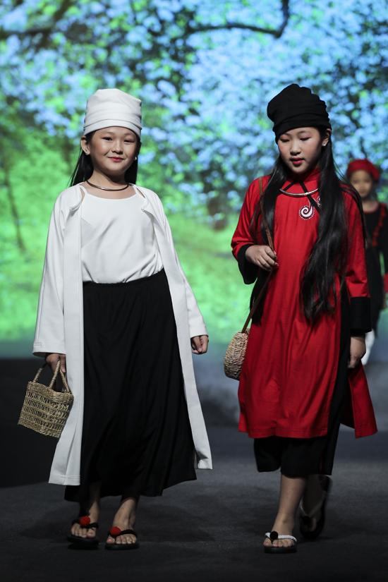 Áo dài Việt được hòa trộn cùng nét đẹp của các dân tộc anh em như Thái, Dao, Ê Đê... tạo nên tổng thể bắt mắt.