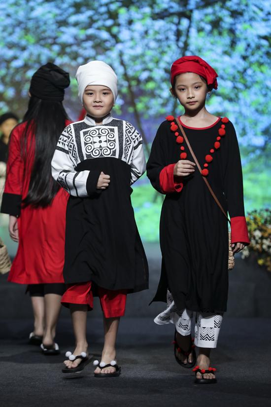 Các người mẫu nhí nhận được sự cổ vũ của khán giả bởi nét hồn nhiênkhi trình diễn bộ sưu tập của nhà thiết kế Sĩ Hoàng.