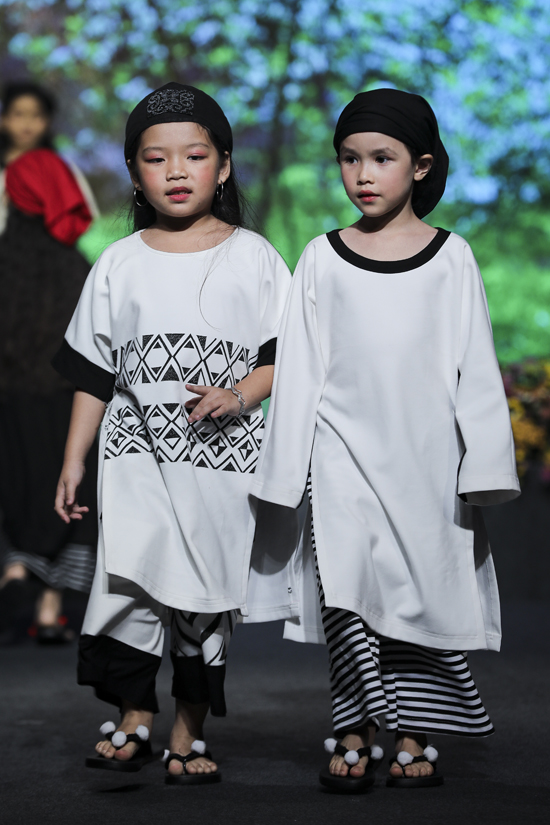 Bộ sưu tập áo dài dành cho thiếu nhi thể hiện trên 3 tông màu chủ đạo là trắng, đỏ và đen.