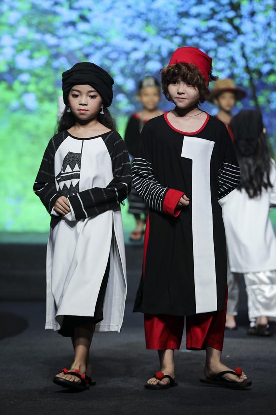 Nhà mốt tận dụng phom áo suông rộng để mang tới các mẫu trang phục truyền thống cách điệu dành cho các bé.