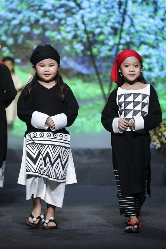 Tông trắng đen được kết hợp một cách hài hòa để mang tới các mẫu áo cổ tròn, cổ V xinh xắn cho bé gái.