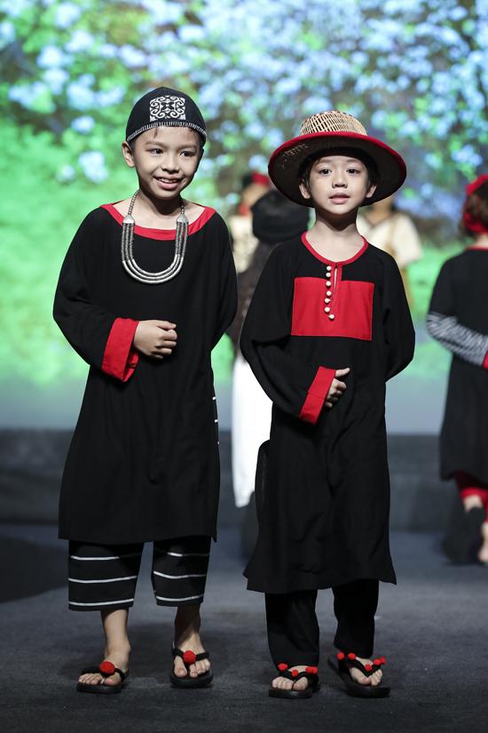 Mũ nan, mũ vải, dép xỏ ngón đính bông len được thiết kế đồng bộ nhằm tạo nên sự chỉn chu cho bộ sưu tập.