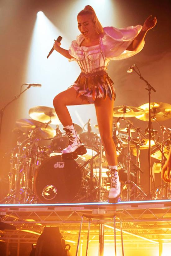 Ca sĩ Rita Ora diệntThiết kế của Công Trí cháy hết mình trênsân khấu trong tour diễn Pheonix.