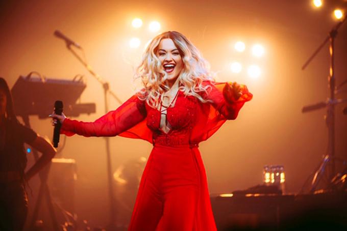 Chia sẻ về cơ duyên hợp tác với Rita Ora, Công Trí cho biết,anh nhận được liên lạc của phía nữ ca sĩ sau show diễn ở Mỹ. Sau khi trao đổi, anh và êkíp đã nhanh chóng lấy số đo và phác họa mẫu thiết kế cho bên Rita Ora.