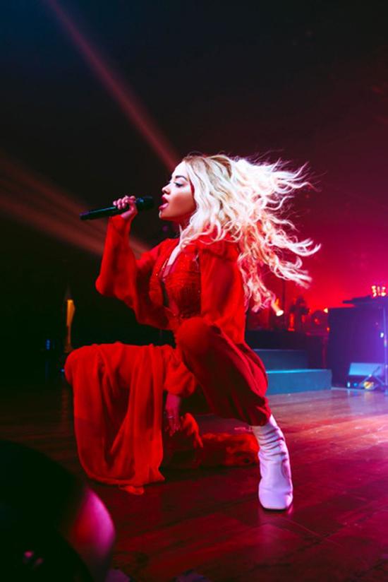 Rita Ora sinh năm 1990 là nữ ca sĩ người Anh và là giám khảo The Voice UK, nổi tiếng với giọng hát đẹp và lối trình diễn bốc lửa cuốn hút.