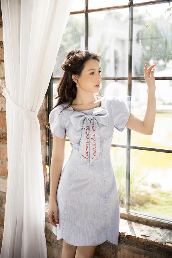 Váy liền thân, dáng cao qua gối là kiểu dáng được nhà mốt Việt khai thác một cách triệt để trong các bộ sưu tập mới của mình.