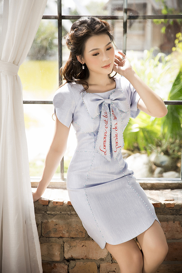 Ở bộ sưu tập Spring Melody, các mẫu váy đi tiẹc được trang trí cầu kỳ bằng hoạ tiết thêu ký tự - đây là một trong những xu hướng được giới trẻ yêu thích ở mùa thời trang 2018/2019.