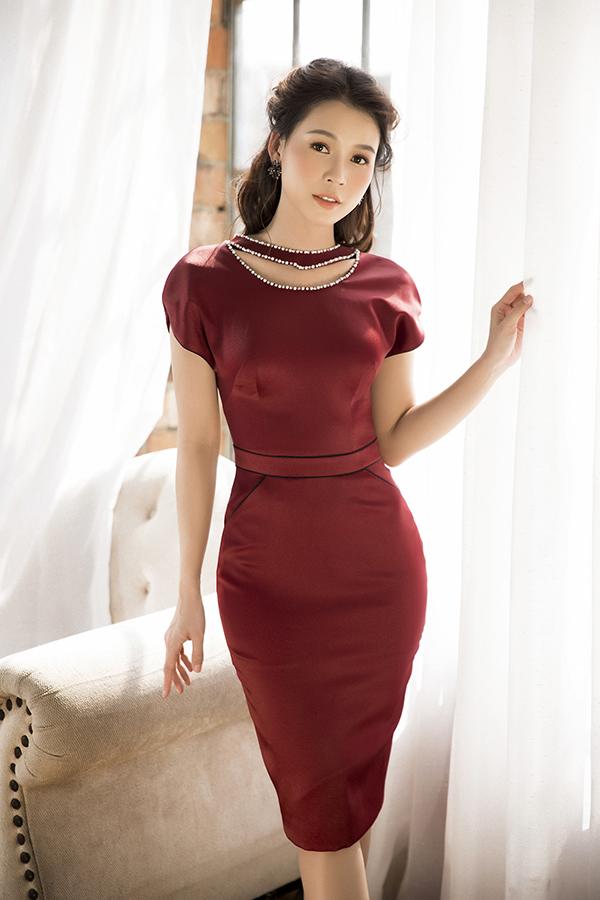 Ở bộ ảnh này, Sam tạo ấn tượng bằnghai phong cách thời trang khác nhau. Những chiếc váy xòe với phần cổ cách điệu trễ vai, cúp ngực hoặc sử dụng họa tiết ren đặc trưng của nam thiết kế tạo nên sự thanh lịch cho diễn viên sinh năm 1990.