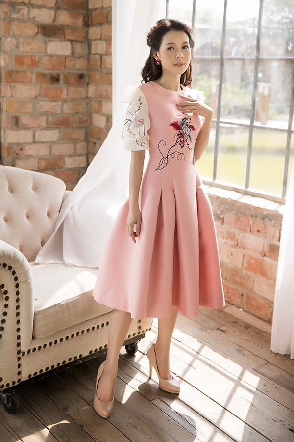 Hoạ tiết thêu được xử lý một cách khéo léo để mang tới sự mới mẻ cho trang phục của phái đẹp.