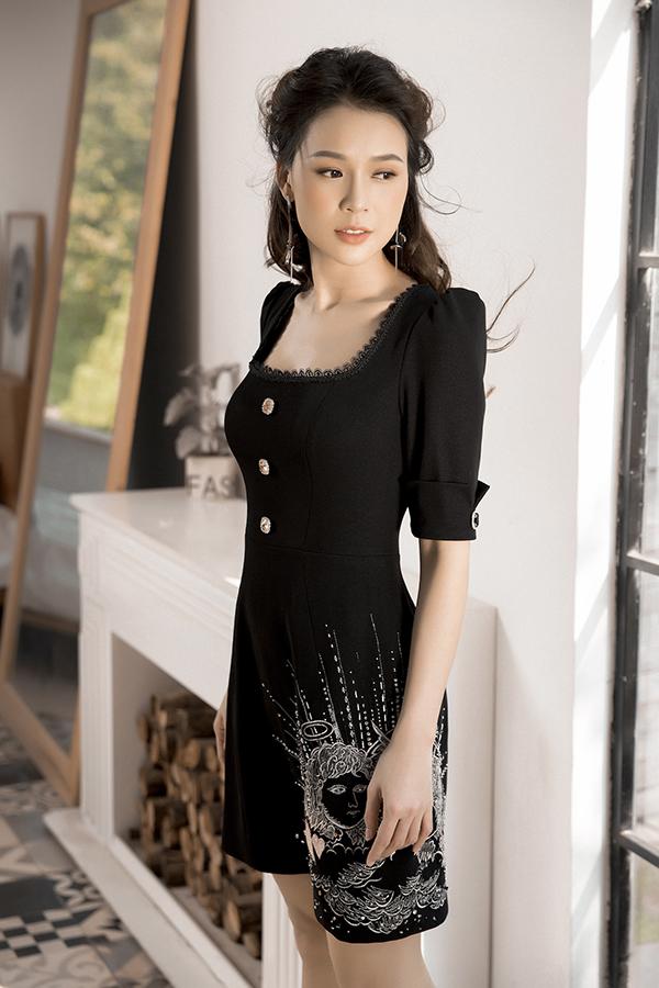 Khi chọn màu trắng đen để lên mẫu, nhà mốt lại tận dụng hoạ tiết hoa lá, pop art... theo đúng trào lưu để mang tới sức hấp dẫn cho trang phục.