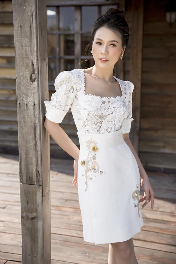 Ren và lụa là hai chất liệu chính được dùng để mang tới các kiểu váy khoe đường cong tế nhị. Đồng thời trang phục luôn tôn nét sang trọng cho phái đẹp khi khoác chúng lên người.