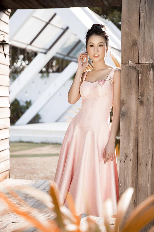 Bộ ảnh được thực hiện với sự hỗ trợ của nhiếp ảnh Lê Thiện Viễn, trang điểm Hiwon, trang phụcĐỗ Long.