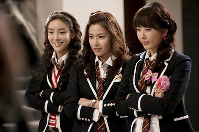 Jang Ja Yeon (ngoài cùng bên trái) từng tố cáo bị ép phục vụ31 quan chức khoảng 100 lần. Cô tự tử hôm 7/3, để lại một tập bản thảo.