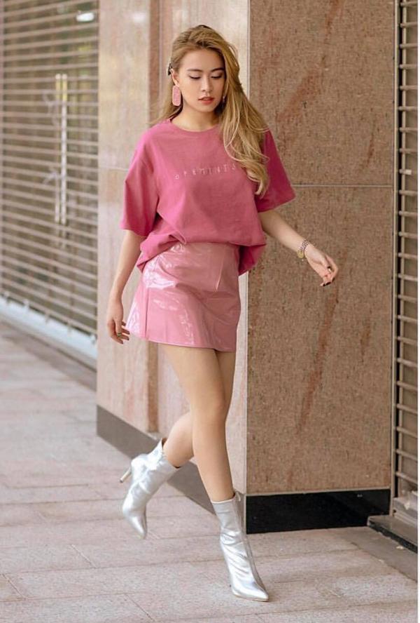 Hoàng Thuỳ Linh khoe chânsexy với váy siêu ngắn. Kết hợp cùng mẫu đầm chữ A chất liệu độc đáo là áo thun hài hoà màu sắc và bốt ánh bạc.