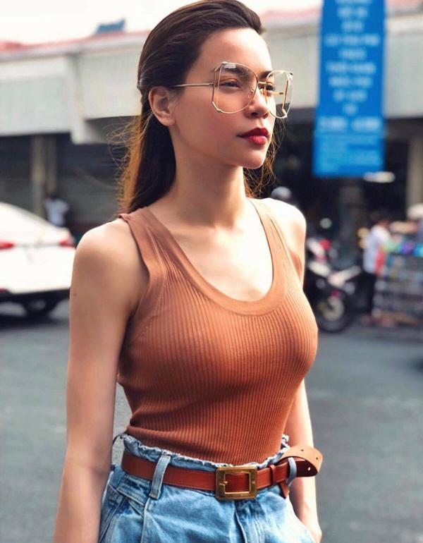 Áo ba lỗ ôm sát body được Hồ Ngọc Hà mặc cùng jeans lưng cao để khoe lợi thế về hình thể. Mẫu kính hợp mốt mùa hè cũng được nữ ca sĩ chọn lựa để tô điểm cho phong cách.