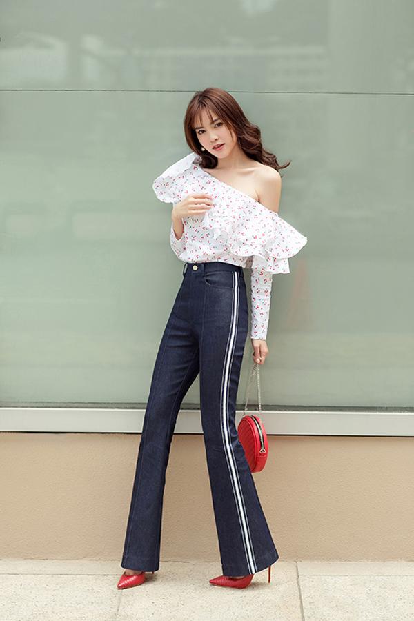 Áo lệch vai, quần jeans ống loe theo đúng xu hướng giới trẻ Hàn Quốc yêu thích được Lan Ngọc áp dụng một cách ấn tượng cho street style của mình.