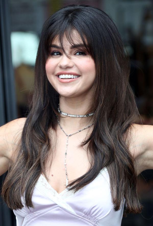 Tóc mái dài tỉa đuổi Nếu không muốn để tóc mái bằng, bạn có thể thử kiểu mái dài tỉa đuổi như Selena Gomez. Kiểu mái này hợp với những nàng tóc dài, giúp diện mạo trông tròn trịa hơn.