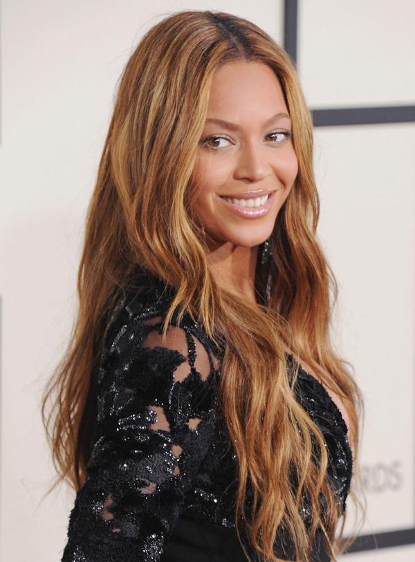 Tóc rẽ ngôi giữa tỉa layerKiểu tóc rẽ ngôi giữa rất dễ để lộ độ dài của khuôn mặt. Bạn có thể hạn chế điều này bằng cách tỉa layer nhiều lớp như Beyoncéđể tạo sự cân bằng, hài hòa cho diện mạo.