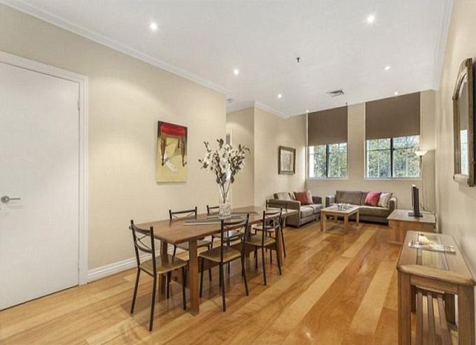 Tổ ấm đầu tiên của vợ chồng Hugh Jackman (ảnh) gồm 2 phòng ngủ, có thiết kế đơn giản. Cặp sao mua căn nhà này năm 1997 với giá 240.000 USD.