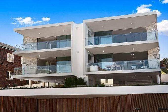 Năm 2016, vợ chồng Hugh Jackman mua biệt thự lớn ở Sydney, trên bãi biển Bondi. Mỗi năm, nhà Jackman lại về đây nghỉ ngơi vài tháng.