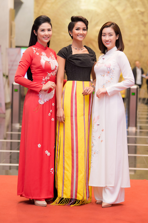 Ngọc Hân, Mỹ Linh chúc mừng HHen trở thành Gương mặt tiêu biểu năm 2018 - 2