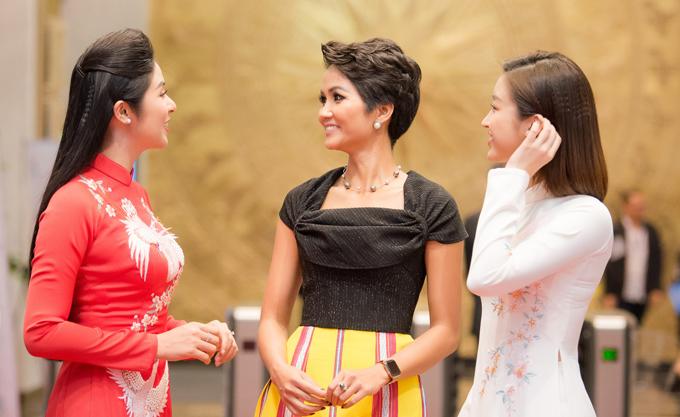 Ngọc Hân, Mỹ Linh chúc mừng HHen trở thành Gương mặt tiêu biểu năm 2018 - 3