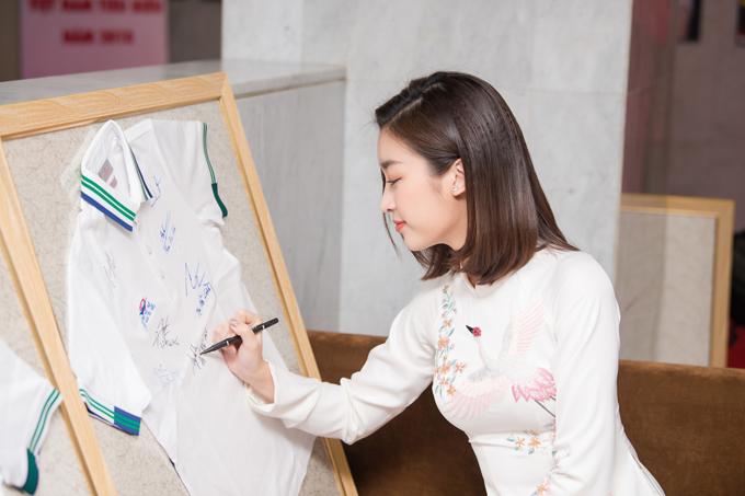 Ngọc Hân, Mỹ Linh chúc mừng HHen trở thành Gương mặt tiêu biểu năm 2018 - 7
