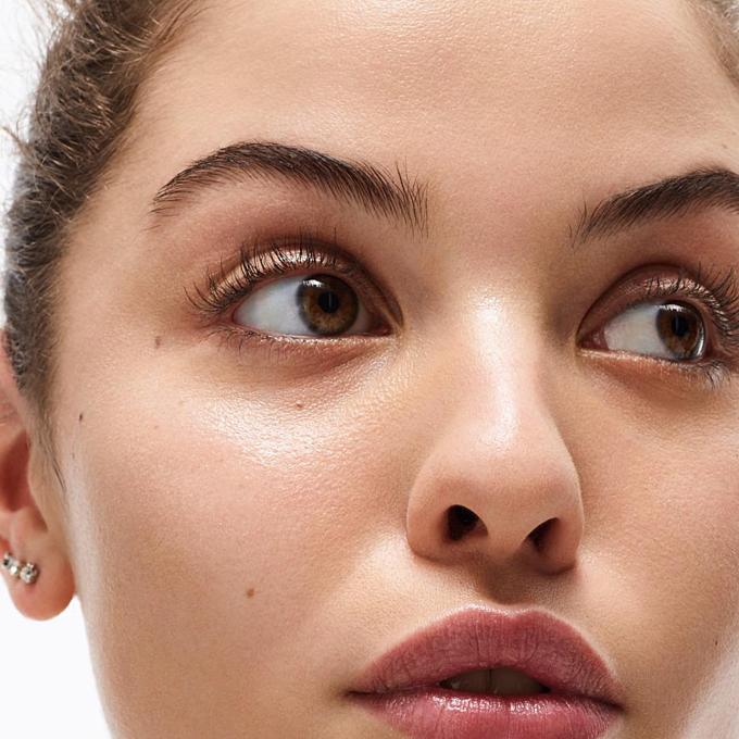 Hình tượngngười mẫu Glossier sử dụng cho xu hướng makeup tự nhiên. Ảnh: Instagram.