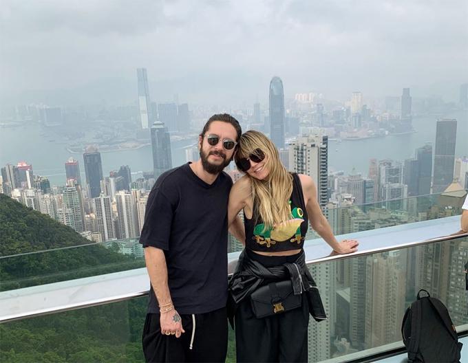 Heidi và ca sĩ Tom Kaulitz cùng nhau khám phá cảnh đẹp Hong Kong giống như những du khách bình thường khác. Cặp sao đính hôn vào tháng 12 năm ngoái và chưa hé lộ kế hoạch tổ chức đám cưới.