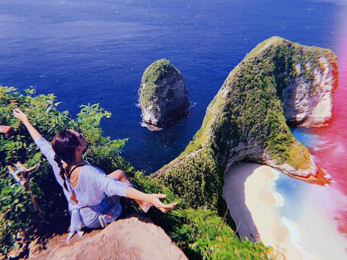 Chặng dừng chân đầu tiên là bãi biển Kelingking ở Nusa Penida, thuộc quần đảo du lịch Bali. Nơi đây là địa điểm du lịch nổi tiếng nhất đảo Nusa Penida, cũng là nơi được check-in trên Instagram nhiều nhất ở hòn đảo này. Chính những tảng đá nhô ra được ví như sống lưng khủng long khổng lồ đã làm nên vẻ đẹp độc đáo ở biển Kelingking. Đứng trên vách đá, bạn sẽ được tận hưởng khung cảnh hùng vĩ của Ấn Độ Dương, ngắm nhìn dãy núi đá vôi uốn lượn dẫn ra biển, phủ một màu xanh rì của cây cỏ, phía dưới là bãi biển xanh trong như pha lê, cát trắng mịn màng.
